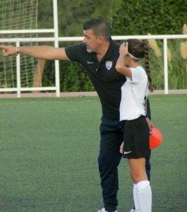 Conrado Galán dando instrucciones a una jugadora